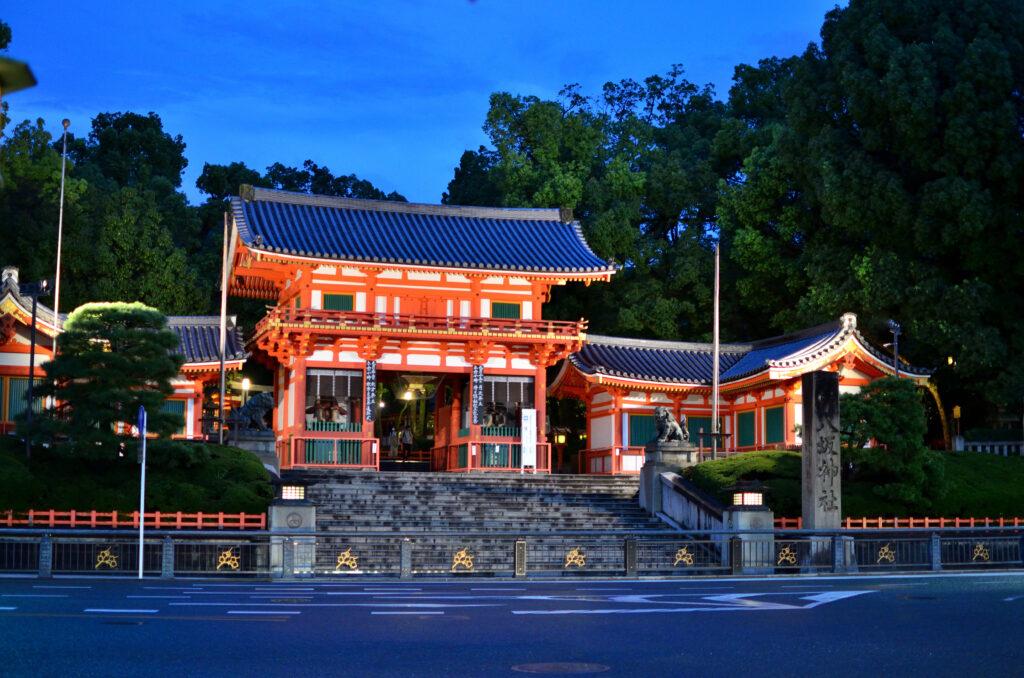 朱塗りの西楼門