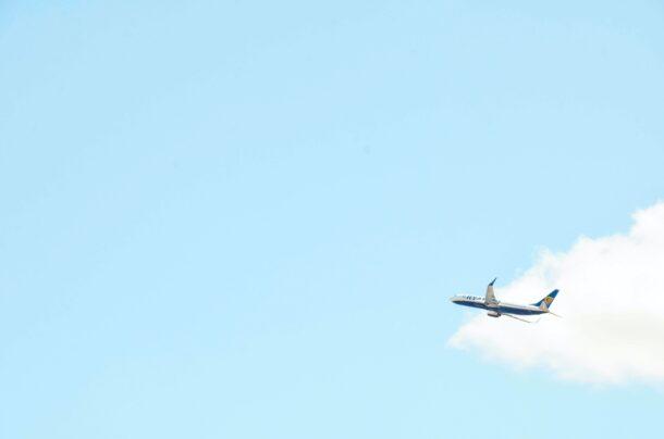 上空を飛ぶ飛行機